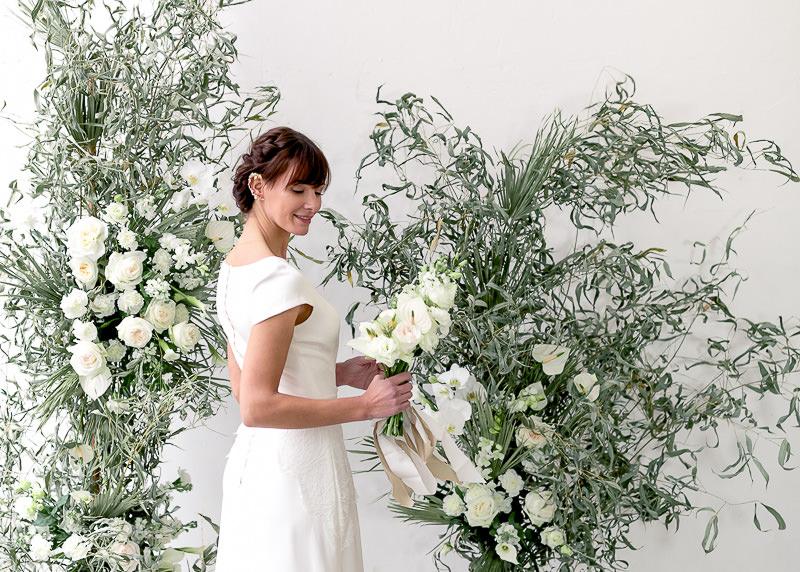 mariée au milieu des fleurs