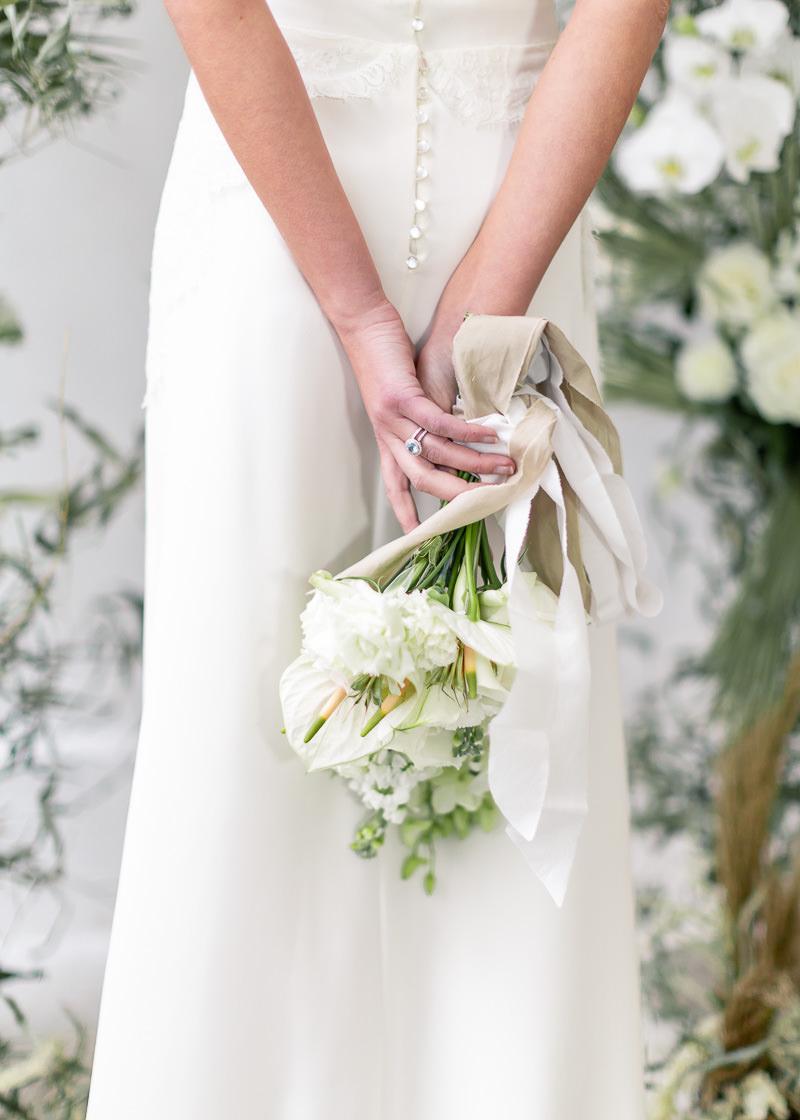 bouquet dans le dos de la mariée