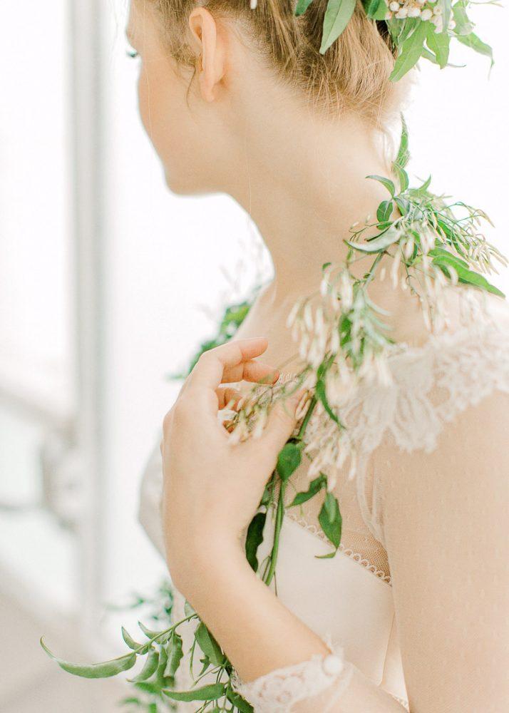 Mariée ayant la main vers son épaule - Photographe mariage lyon - Frederick Dewitte