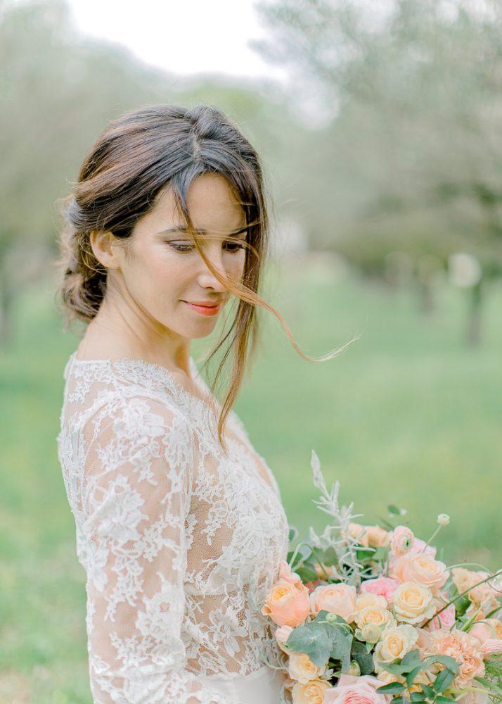 Mariée tenant son bouquet de fleur