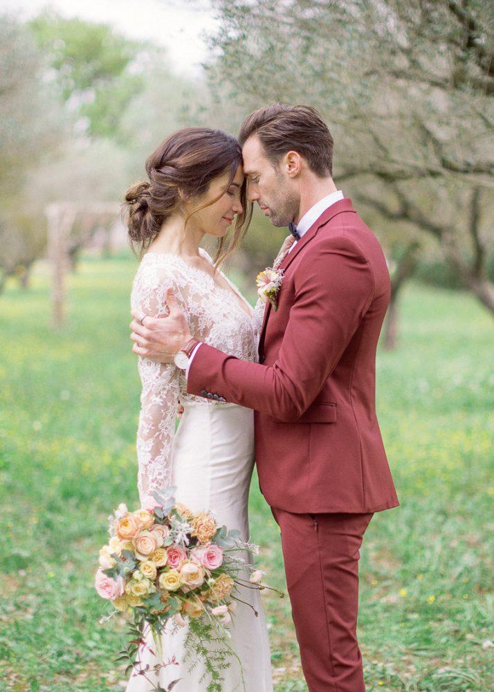 Couple de mariés en pleine nature, les mariés se regarde face à face