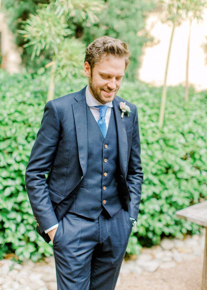 Marié en Costume bleu à la cour des loges à Lyon