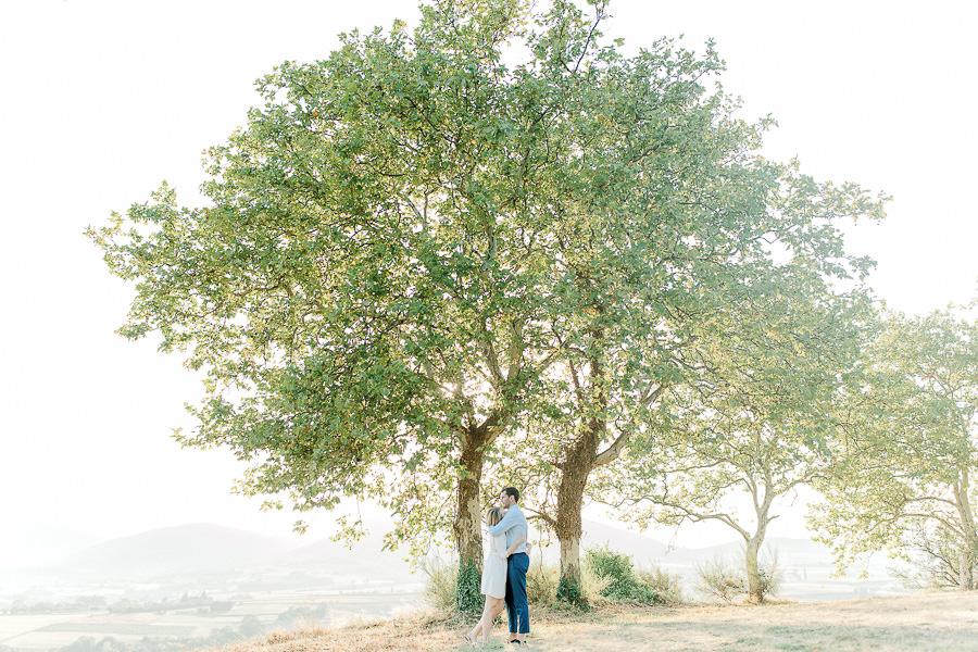 séance engagement lyon - Deux amoureux sous les arbres