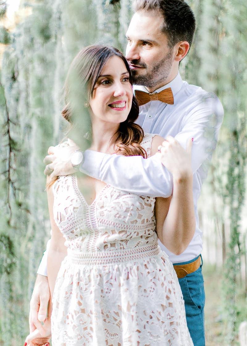Un homme tiens sa femme par les épaule en se trouvant derrière elle