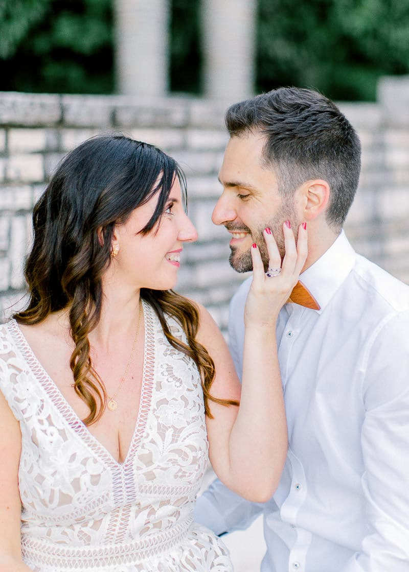 Une femme pose la main sur la joue de son maris
