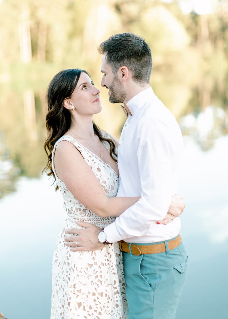 Le maris entoure sa femme de son bras au parc de la tête d'or à Lyon