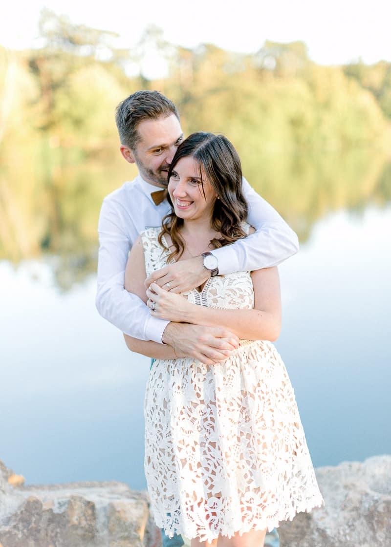 Un mari entour sa femme lors d'une séance d'engagement