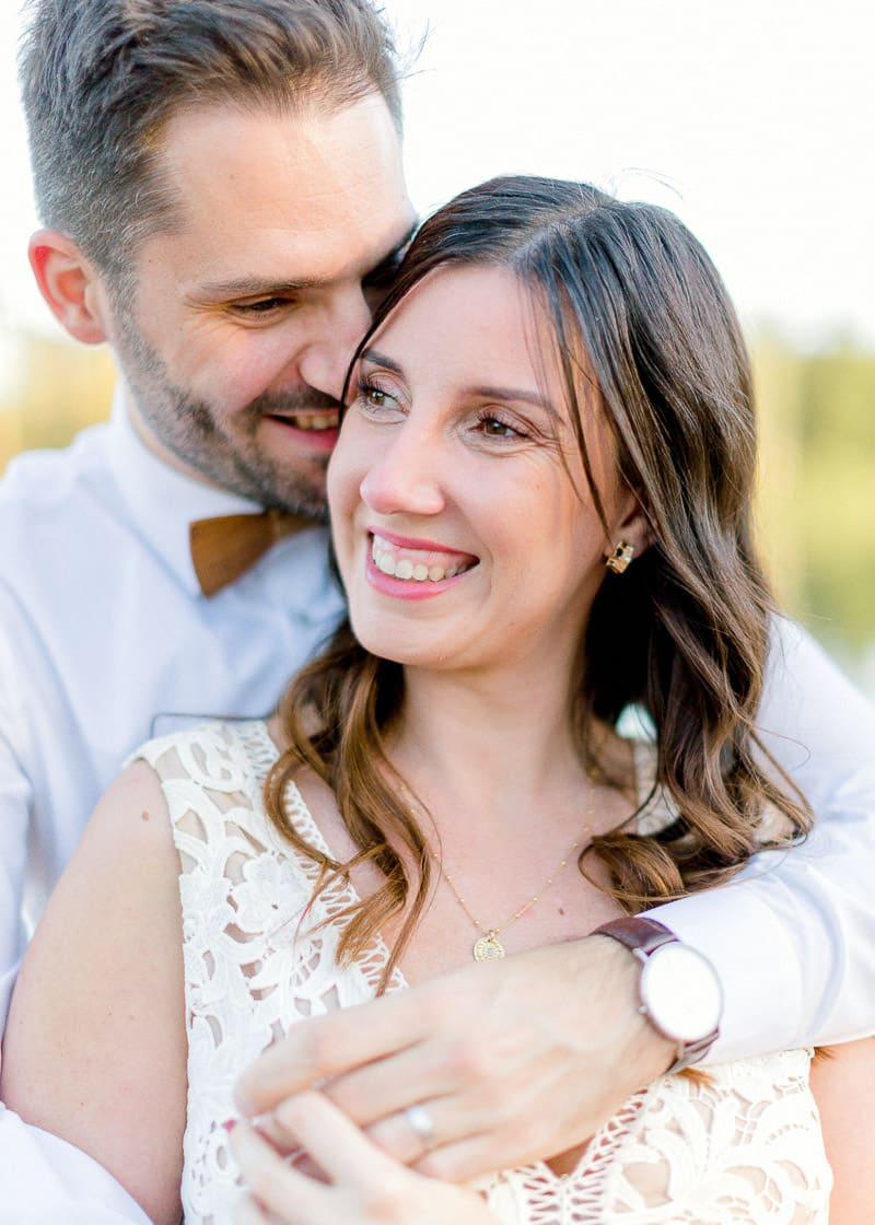 Une femme sourit à son maris