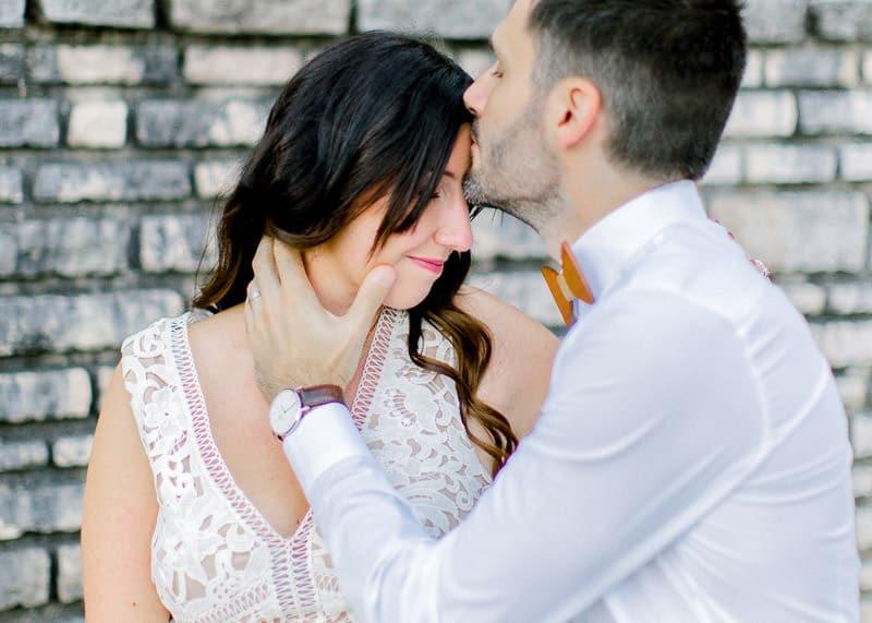 Un homme embrasse sa femme sur le front au parc tête d'or Lyon