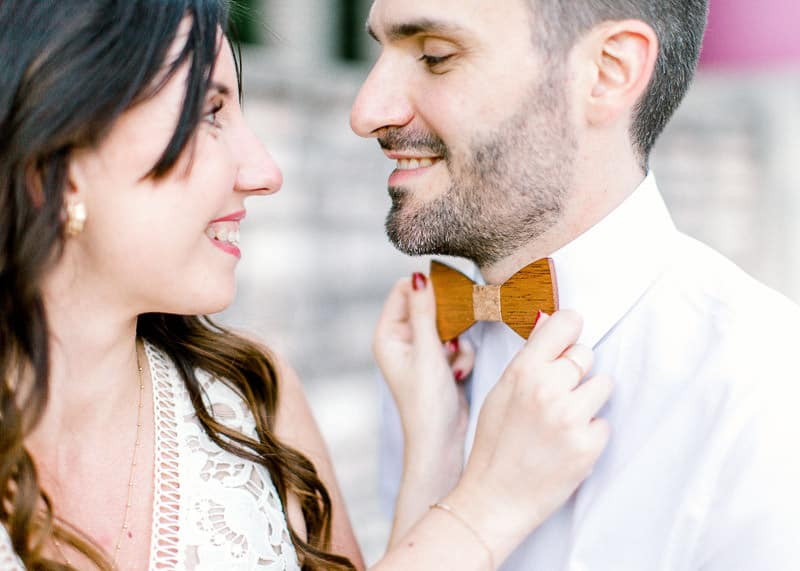 Une femme ajuste le noeud papillon bois de son mari au parc tête d'or à Lyon