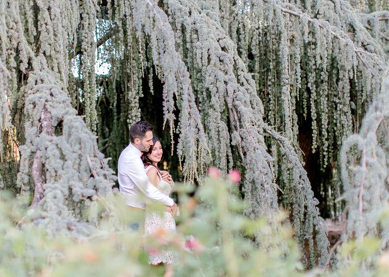 Un couple prêt d'arbres - shooting engagement Lyon