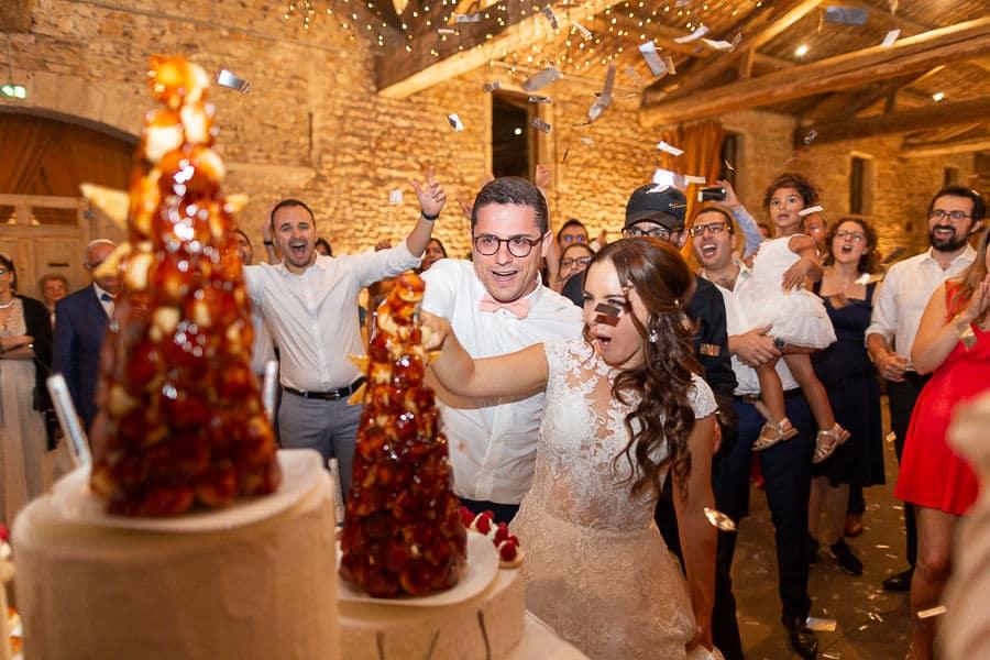 Découpe du gateau de mariage par les mariés