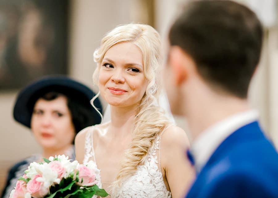 Une larme sur la joue de la mariée il y a de l'émotion à ce mariage