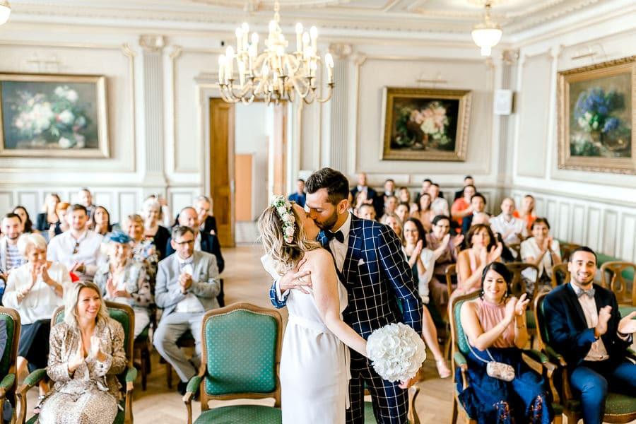 Premier baiser des mariés à la mairie