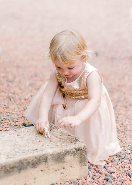 petite fille qui joue assis par terre lors d'un mariage