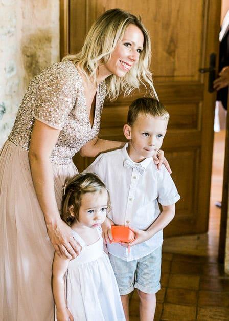 Des enfants regarde la mariée se préparer