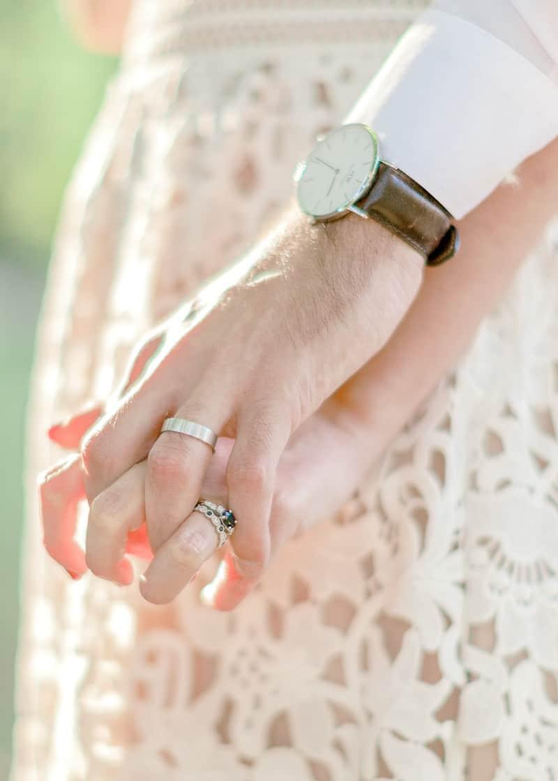 Détail de doigts entrelacé d'amoureux