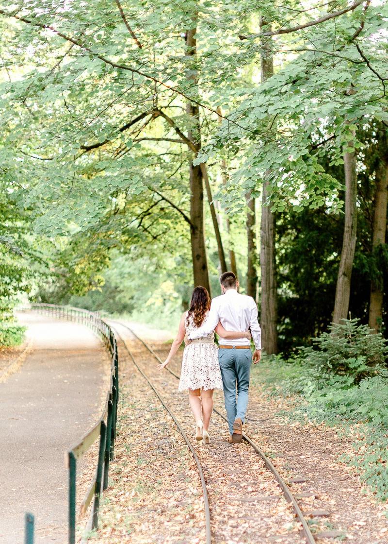 Un couple d'amoureux de dos en train de marcher se tenant par les bras