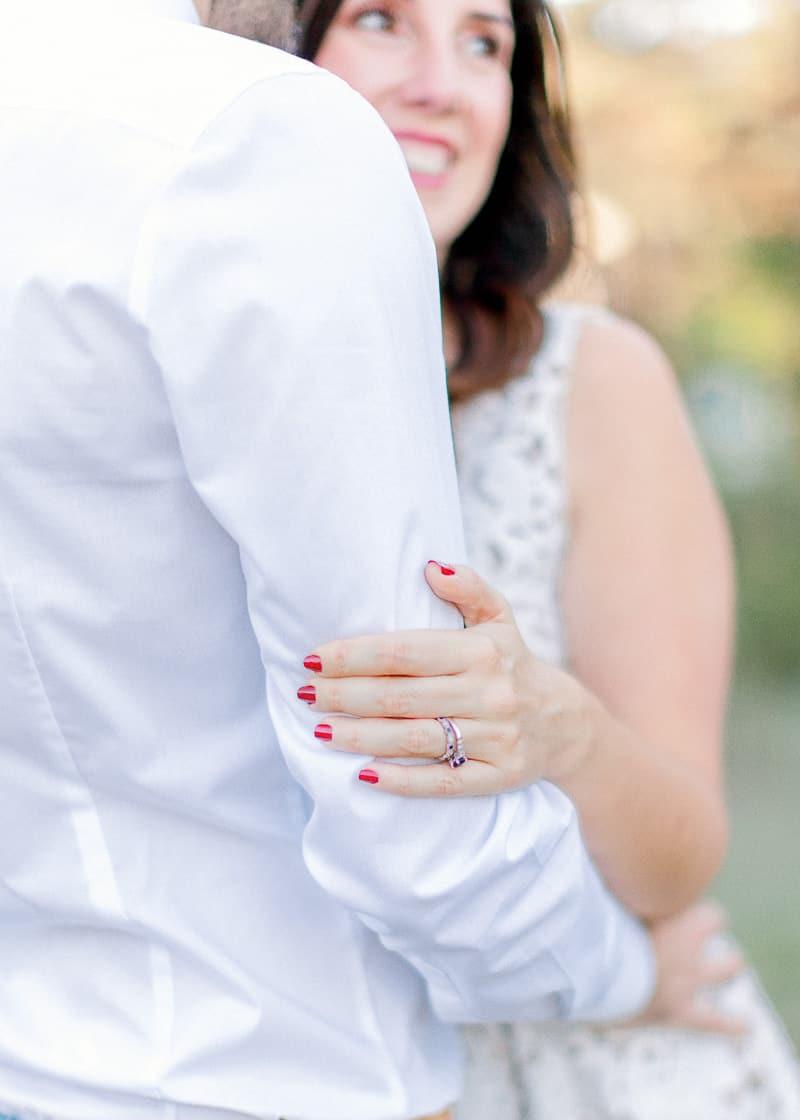 Détail de la main et de son alliance d'un femme