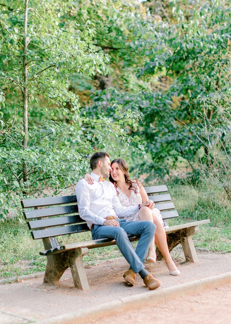 Un couple sur un banc en train de passer du bon temps