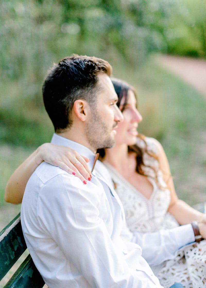 Un couple assis sur un banc dans le parc tête d'or à Lyon