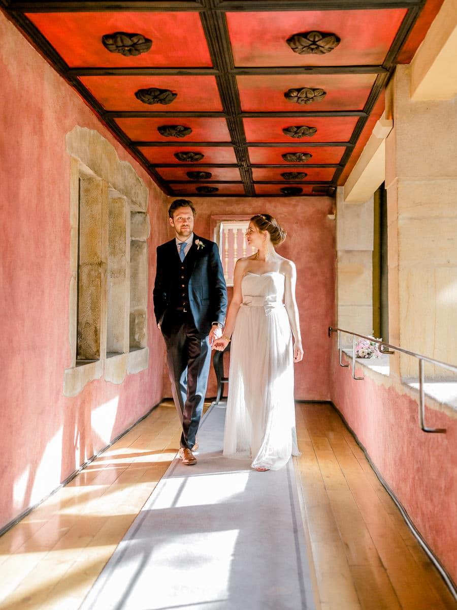 perspective d'image mariés dans un couloir rouge