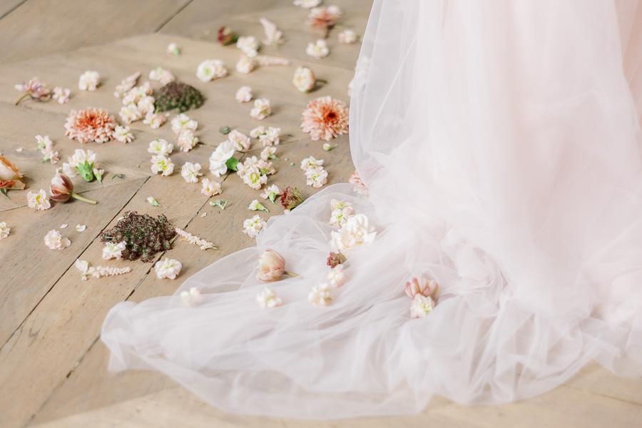Robe de mariée avec sol pleins de fleurs