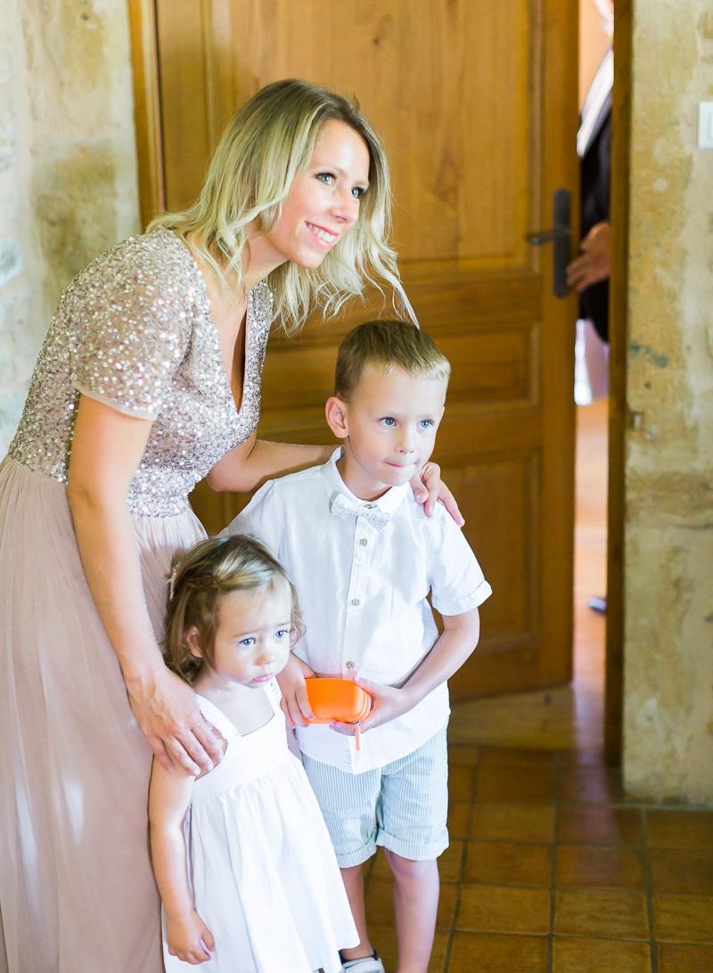 enfants pendant les préparatifs de la mariée