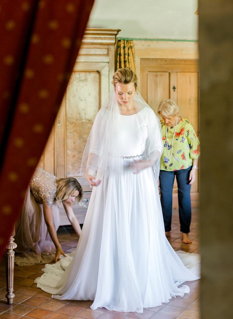 Ajustement de la robe de la mariée