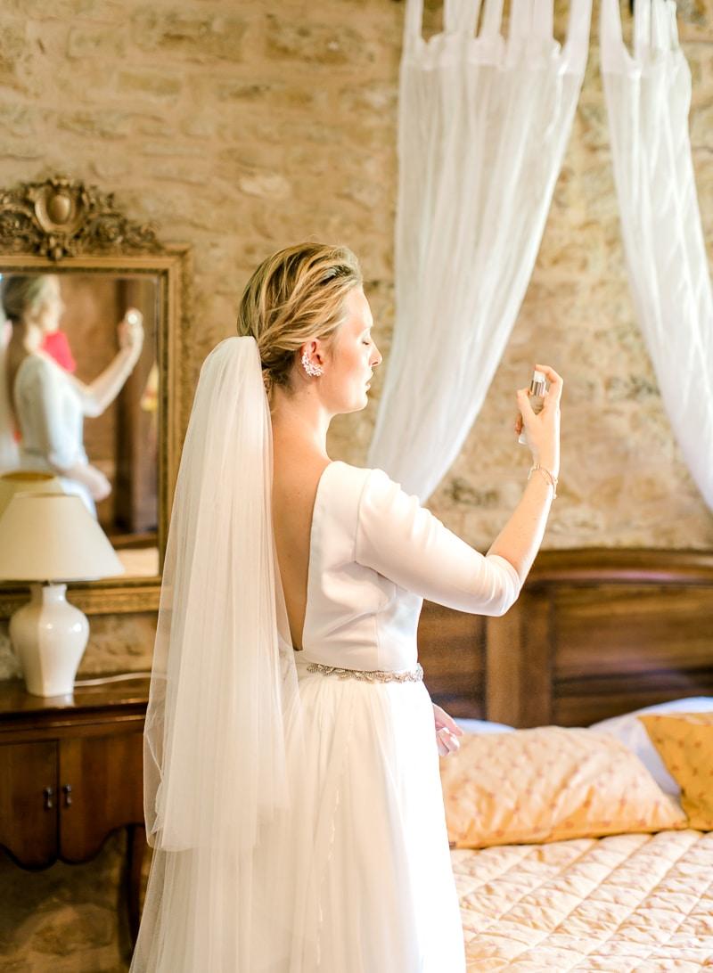 a mariée se parfume au château du sou