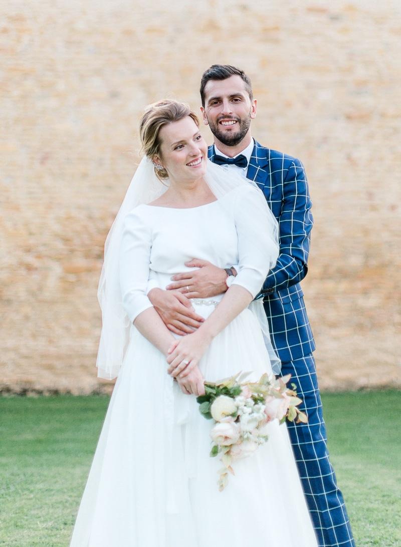 Les mariés de face au château du sou