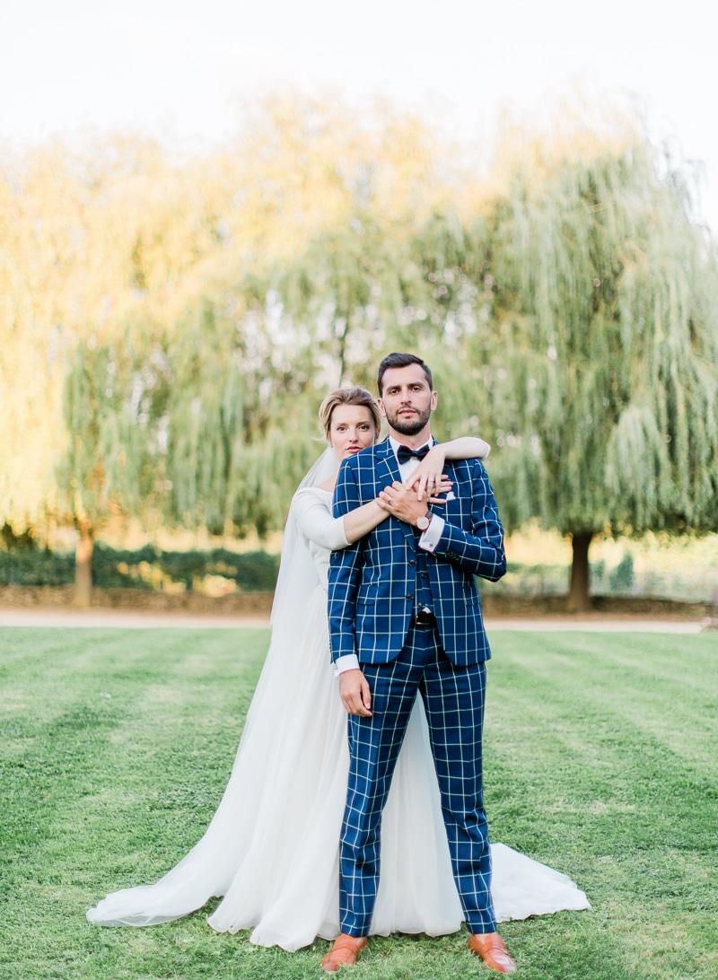 Mariés devant des saule pleureur au château du sou