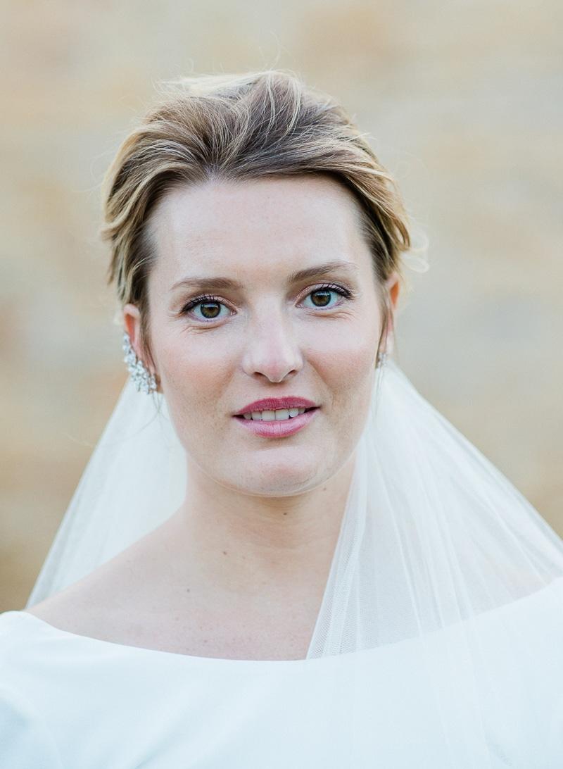 Gros plan sur le visage de la mariée
