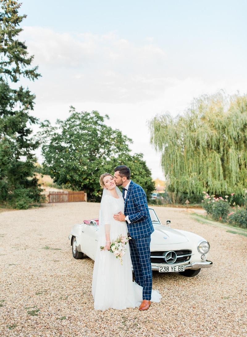 Le marié embrasse la mariée au château du sou