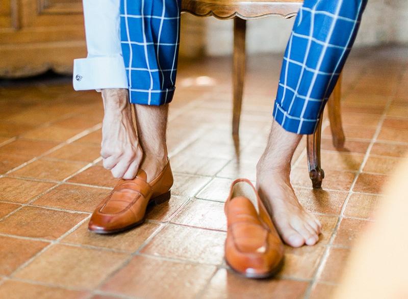 Chateau du sou : le marié met ses chaussures