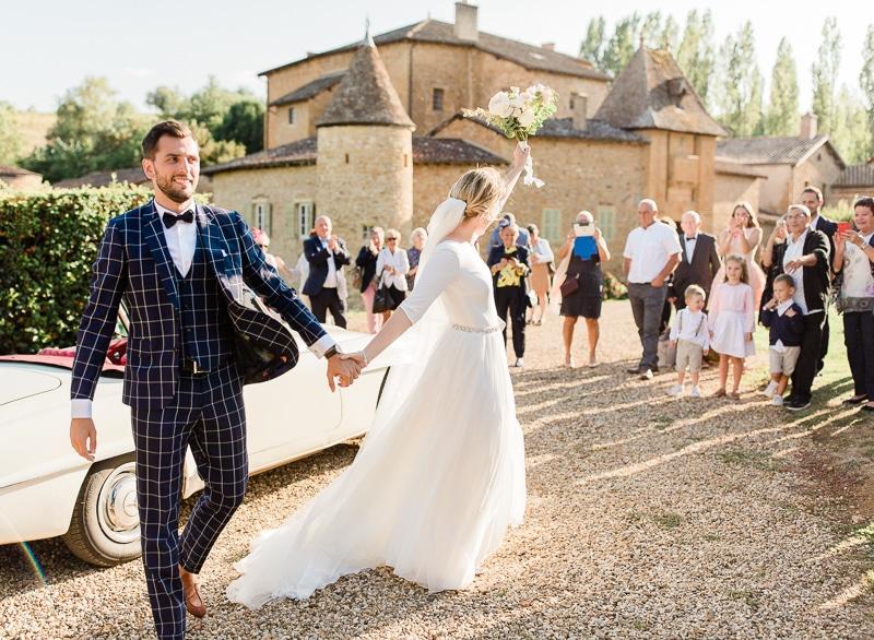 arrivée des mariés au chateau du sou à lacenas
