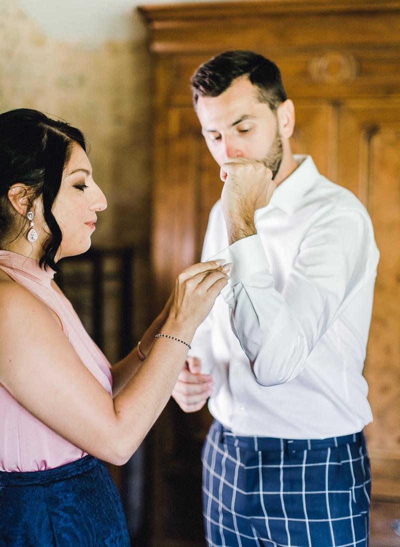 Préparation du marié au chateau du sou à lacenas dans le beaujolais