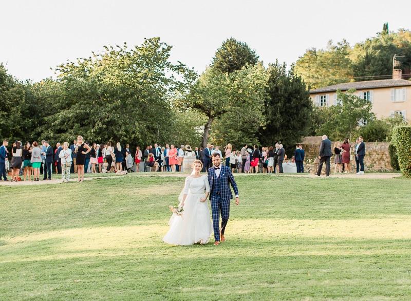 Les mariés et les invités au chateau du sou